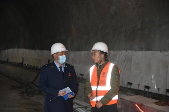 稅務干部在烏鞘嶺隧道工程建筑工地調研