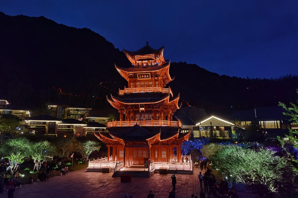 夜色下的葛仙山景区流光溢彩