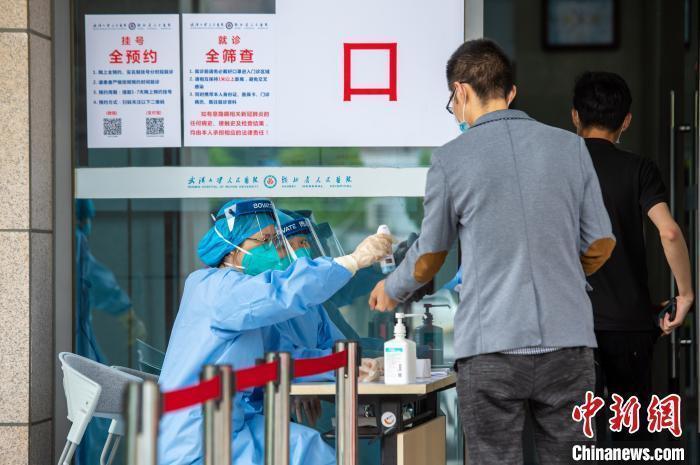 资料图:患者进入医院就诊 蔡俊 摄