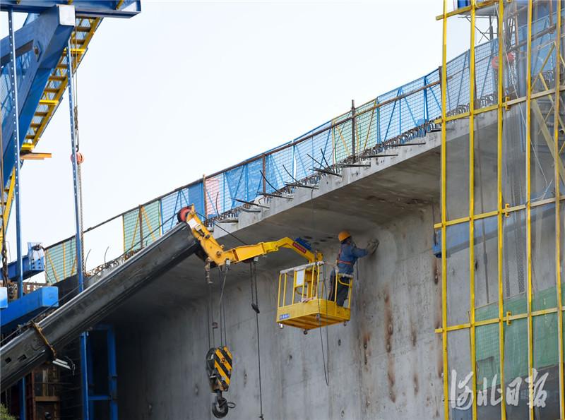 2021年4月7日,工人在京唐(北京至唐山)城际铁路河北省三河段建设工地施工。河北日报记者 赵永辉摄影报道