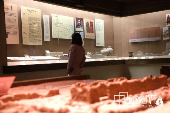 清明假期,不少游客走进甘肃敦煌市博物馆参观,了解敦煌历史,感受敦煌文化魅力。张晓亮 摄