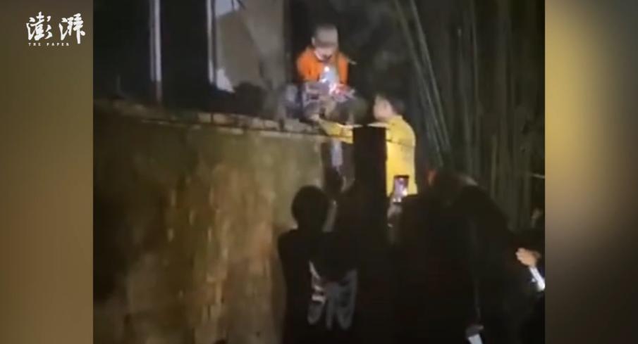 湖北荆州一职校围墙外现弃婴 知情人:被发现时脐带还未剪断