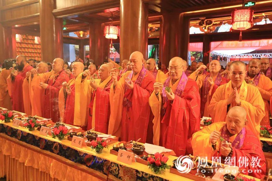 2016年1月15日,时任中国佛教协会咨议委员会副主席、广东省佛教协会永久名誉会长新成长老,参加广州大佛寺毗卢殿暨弘法大楼开光法会。(图片来源:凤凰网佛教)