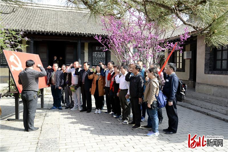 涉县八路军一二九师司令部旧址内,党员重温入党誓词。通讯员冯晓广摄