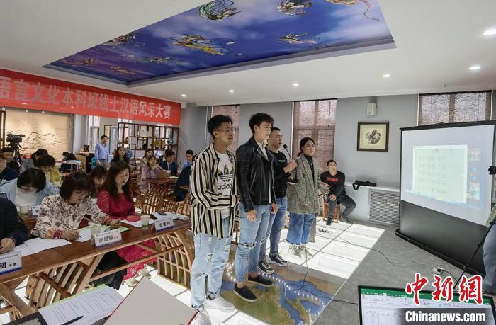 圖為比賽現場中國學生和留學生一起表演詩歌朗誦。 劉玉桃 攝