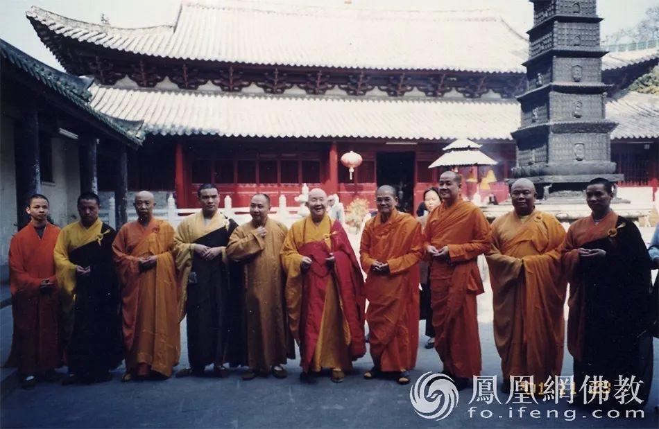 2001年11月23日,泰国僧王仁德法师(右四)到广州海幢寺参观访问,新成长老热情接待。(图片来源:广州市佛教协会)