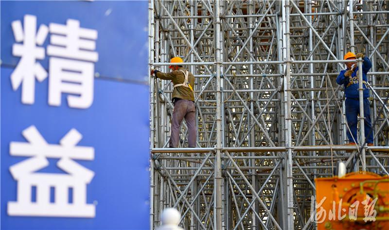 2021年4月7日,中铁二局工人在京唐(北京至唐山)城际铁路跨河北省三河市燕郊东环路特大桥建设工地施工。河北日报记者 赵永辉摄影报道