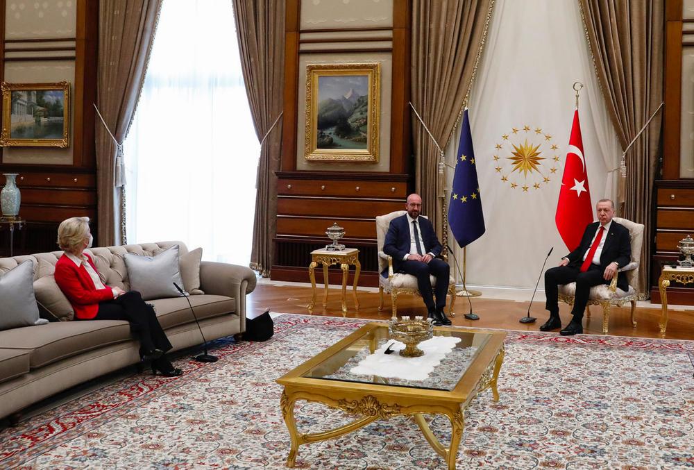 三位领导人、两张椅子。