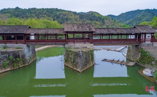 """▲彩虹桥的修复保留了原本的建筑风格,做到""""修旧如旧""""。 詹东华 图"""