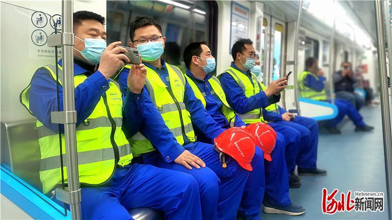 4月6日,中铁十五局的建设者们体验地铁。 河北日报记者杜柏桦摄