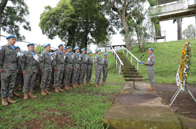 中国维和工兵分队指挥长王绍鸿为官兵们讲述付清礼烈士英雄事迹。