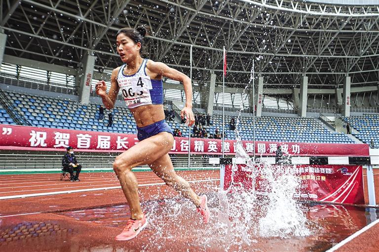 張新艷在比賽中 新華社照片