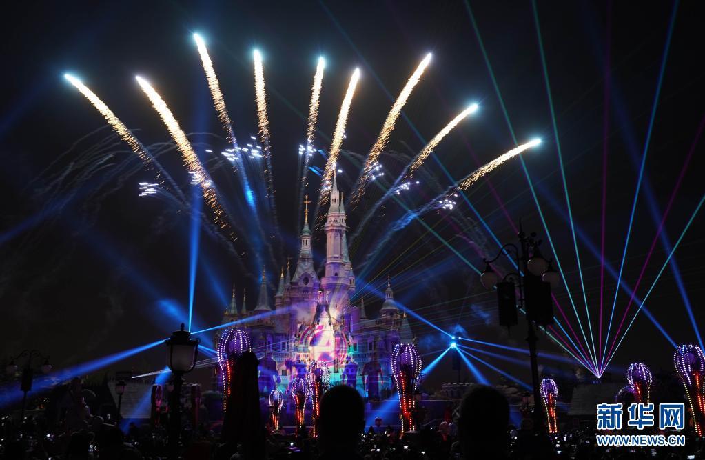 4月8日晚,上海迪士尼乐园全新的焰火灯光秀亮相。新华社记者 任 珑 摄
