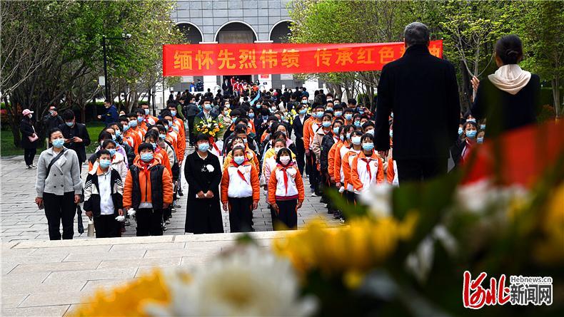 4月4日,清明节当天,烈士亲属、邯郸各界人士来到晋冀鲁豫烈士陵园祭拜先烈。通讯员刘伟摄