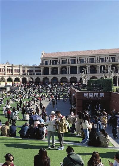 民园广场迎来众多游客。