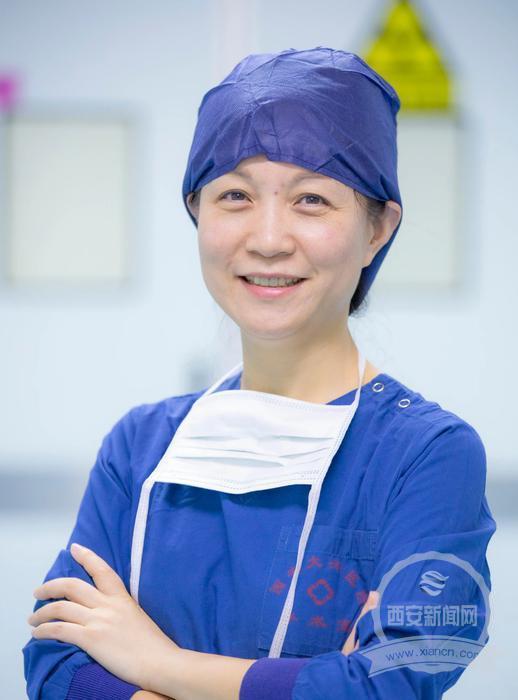 日常工作中的韩丽春医生。 西安报业全媒体记者 翟小雪 通讯员 卜亮 摄
