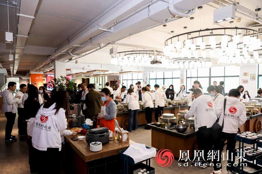 媒体记者在九阳Cooking产品体验区体验最新款小家电。