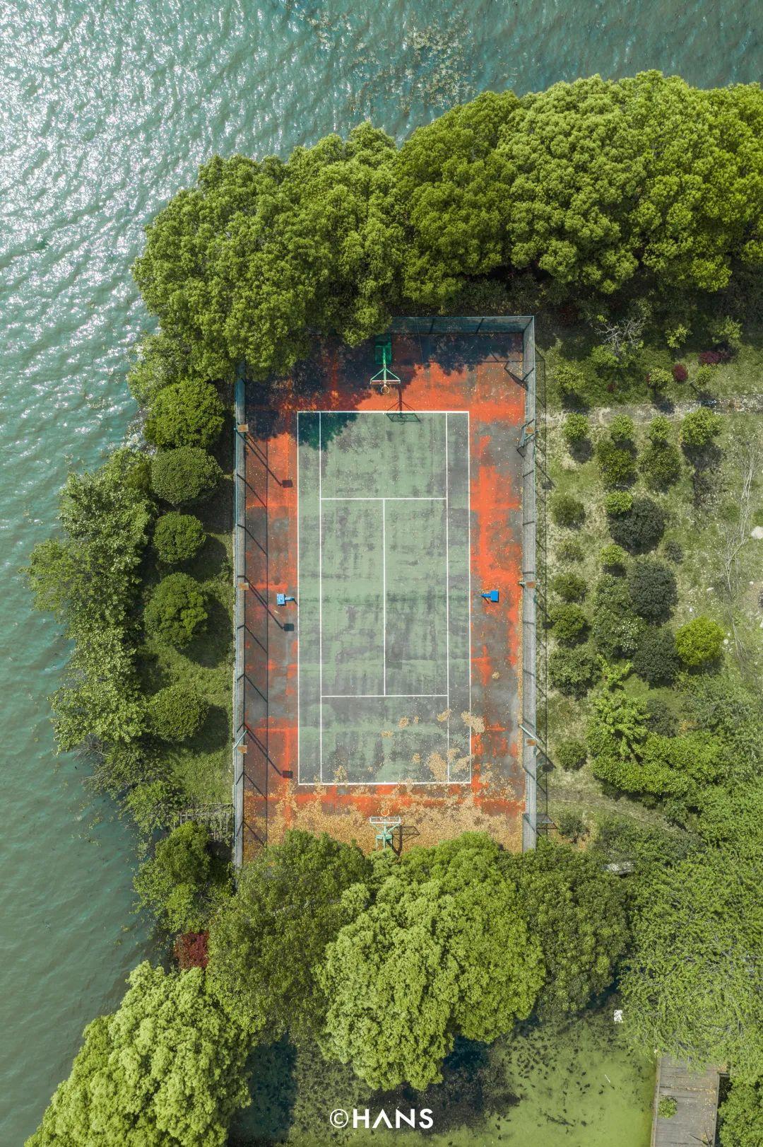 雁中咀边上有个临湖网球场,四面是湖、鱼塘,人进不去,只有飞机能看见它。