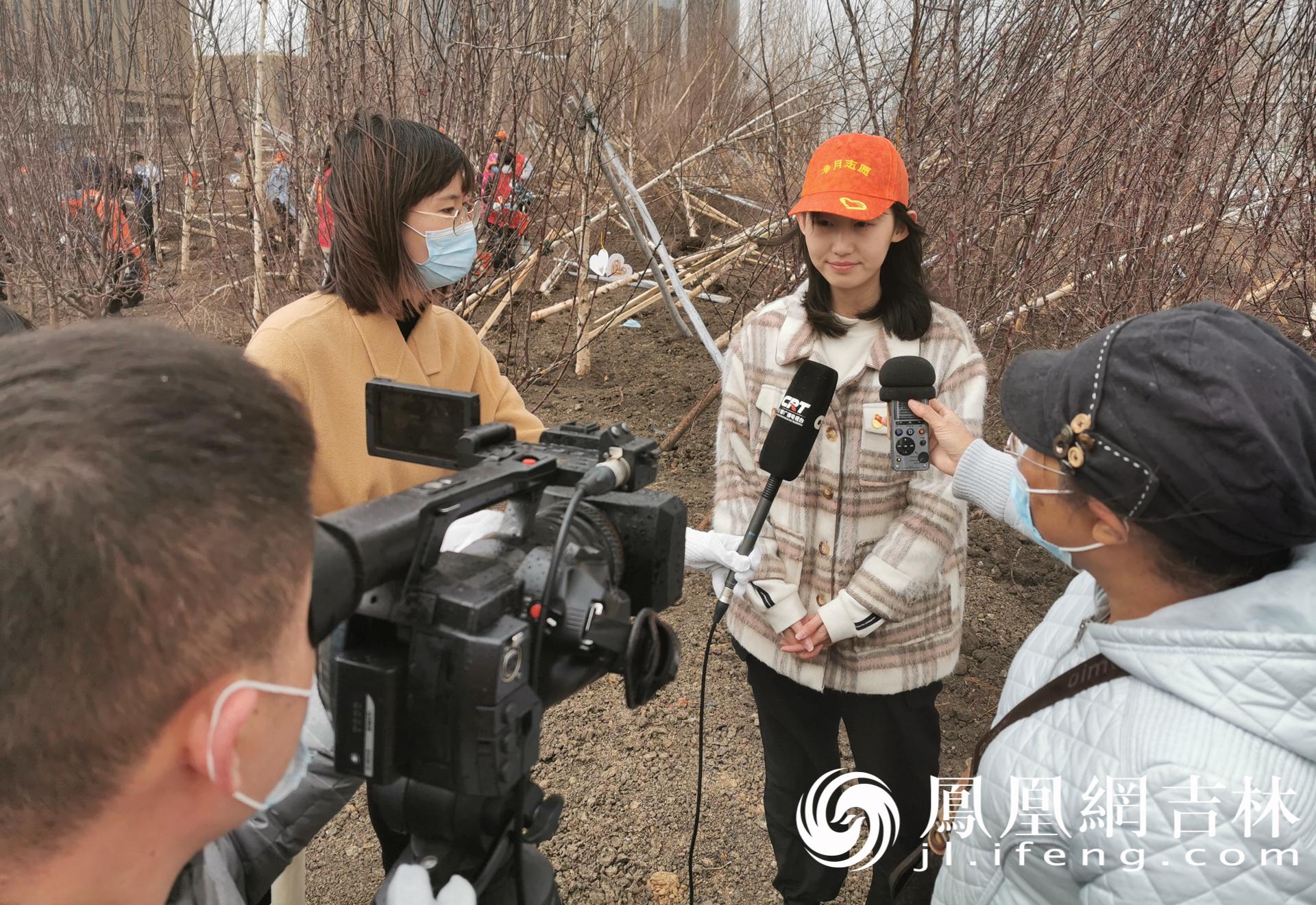 参与活动的粉丝接受媒体采访。