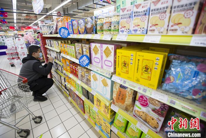 图为4月9日,山西太原一超市,工作人员在整理进口商品货架。 <a target='_blank' href='http://www.chinanews.com/'>中新社</a>记者 张云 摄