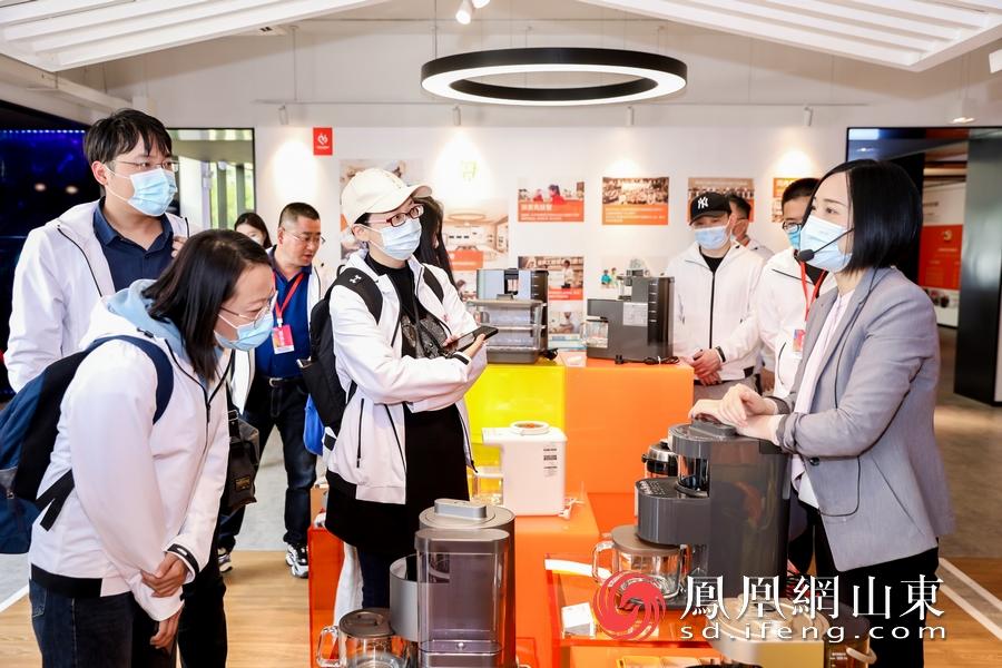 媒体记者对九阳最新一代不用手洗豆浆机K780兴趣浓厚。