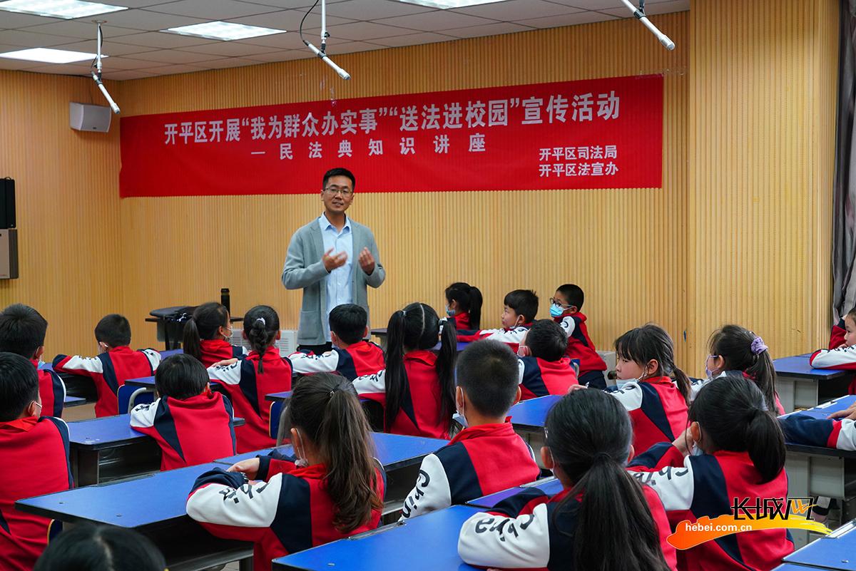 律师与学生进行面对面交流。