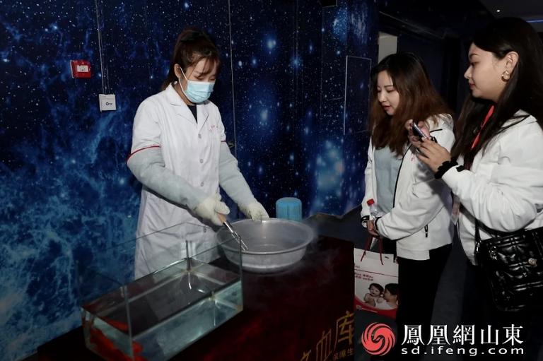 工作人员向到访媒体展示液氮冻鱼实验