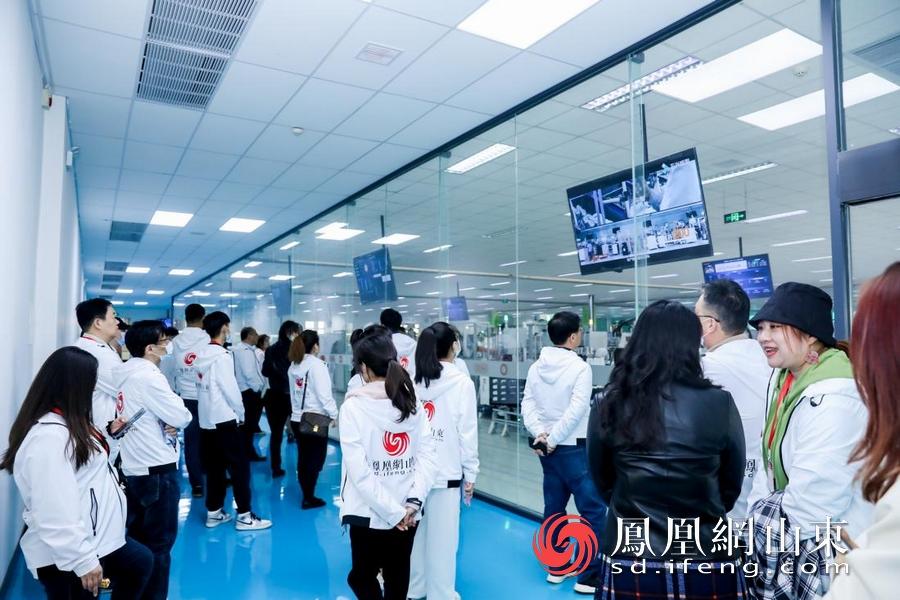 媒体记者参观九阳智能产线。