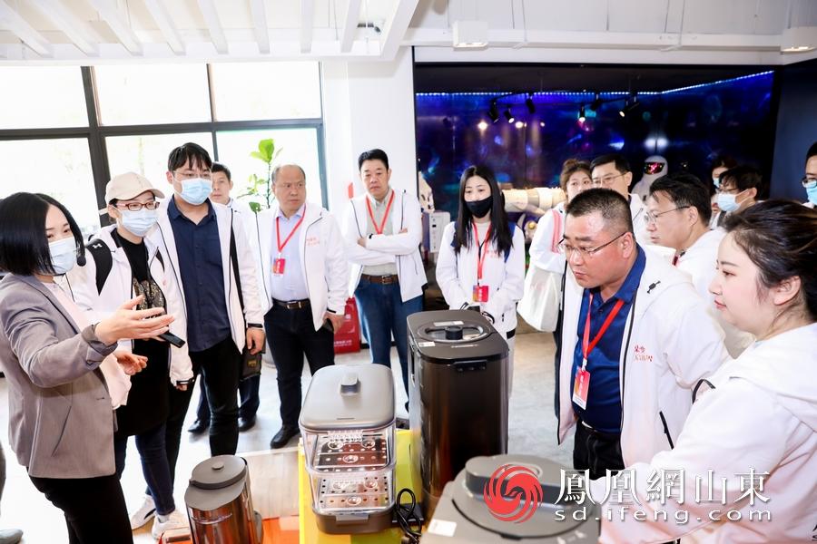 媒体记者在九阳产品展示区参观。
