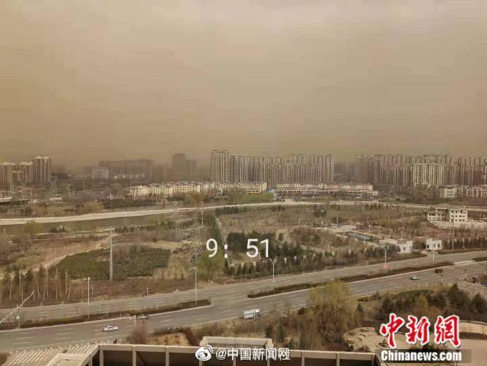 """内蒙古再遭沙尘暴:呼和浩特一栋楼7分钟被""""淹没"""""""