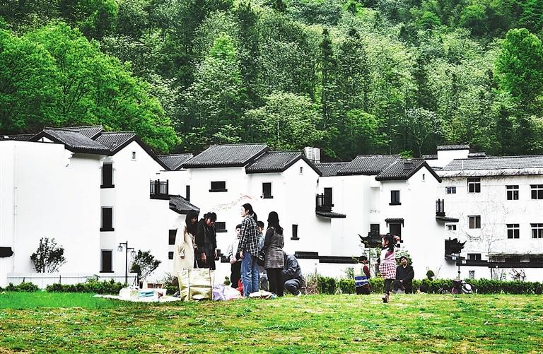 """4月10日,景德镇三宝国际瓷谷,独具特色的陶艺村,吸引了许多""""洋景漂"""",也是游客必到的打卡地之一。本报记者 徐 铮摄"""