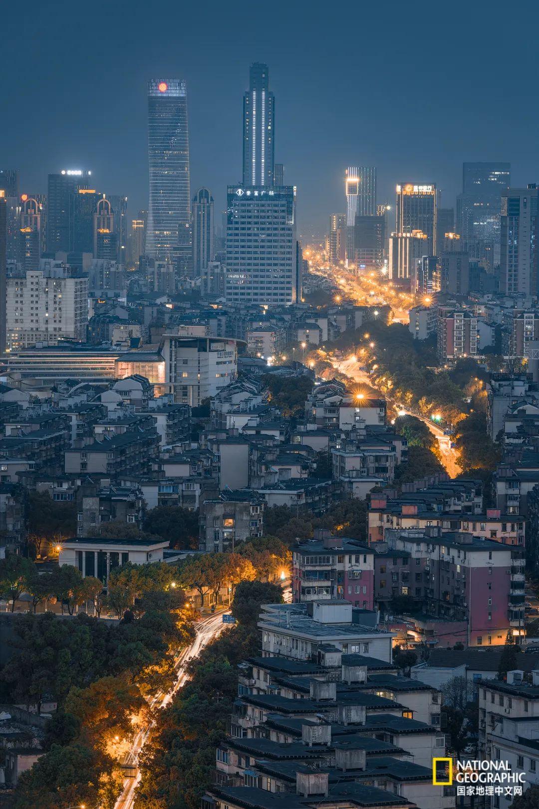 从宁波老城区通往繁华之路