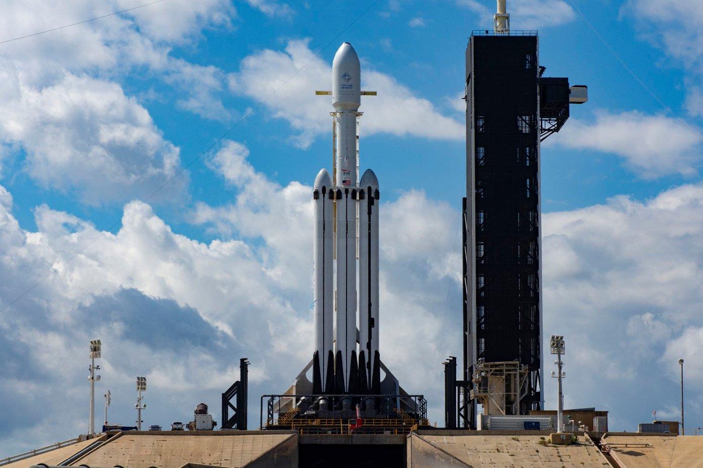 SpaceX猎鹰重型火箭将执行月球任务:2023年发射