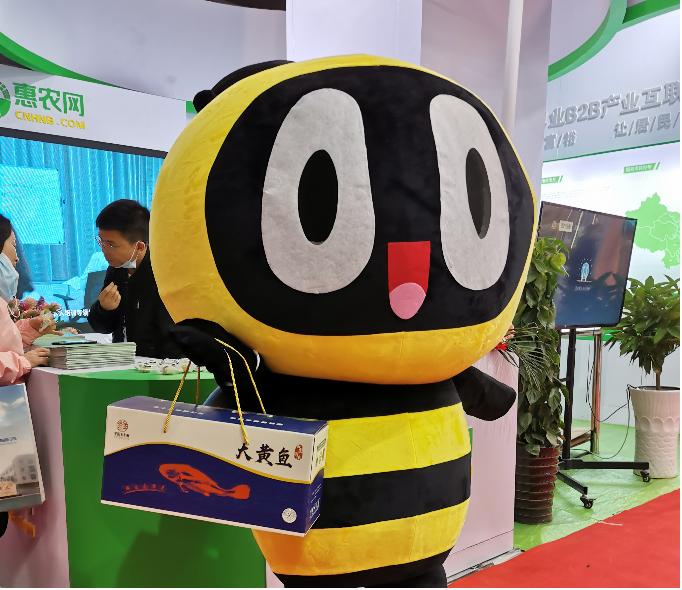 (平阳县农特产品吸引参展领导与观众关注)