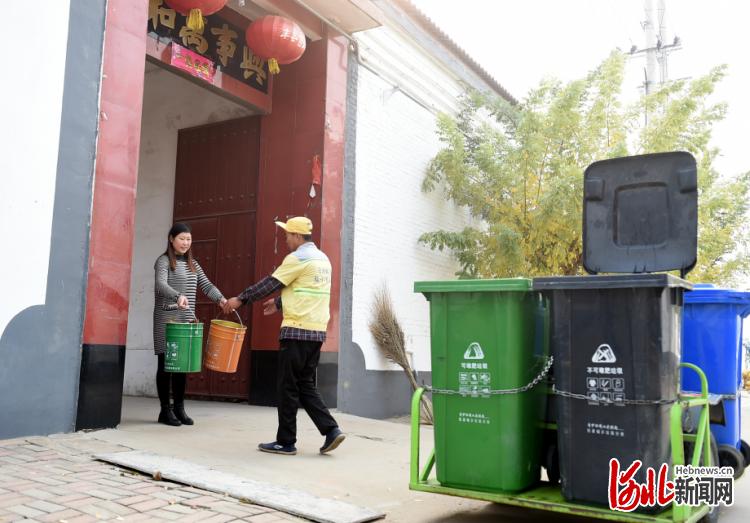 邢台市任泽区小屯村保洁员上门收集垃圾。 河北日报记者赵永辉摄
