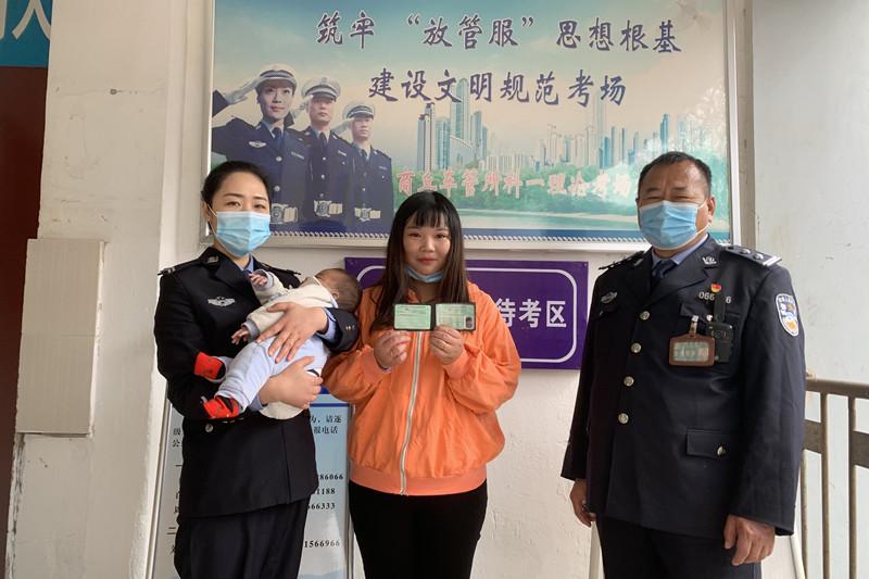 """【我为群众办实事】宝妈带娃考驾照 民警当起""""临时妈妈"""""""