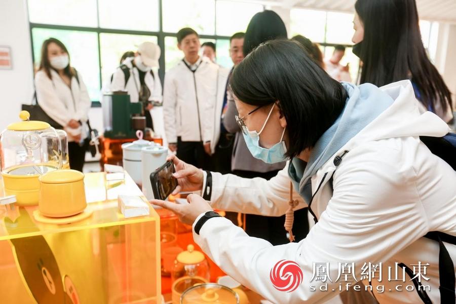 九阳IP联名款小家电吸引记者关注。