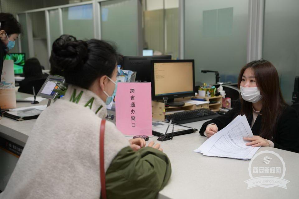 4月8日,某企业负责人在高新政务服务中心跨省通办窗口办理异地业务。