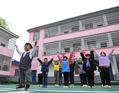江西万载:小个子老师让无声孩子世界色彩斑斓