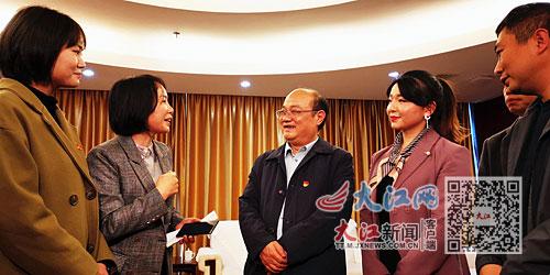 俞银先与景德镇市干部群众互动交流。