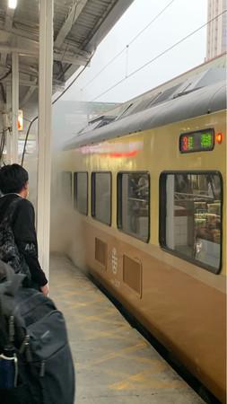 """台铁自强号列车""""狂冒浓烟"""" 紧急疏散乘客下车"""