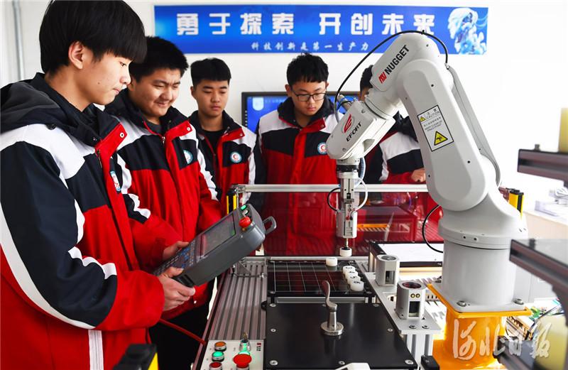 近日,河北省南宫市职教中心电子技术应用专业(工业机器人方向)学生在参加机器人操作实训课。