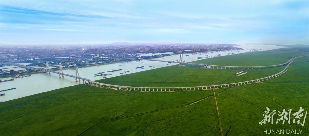 (2020年5月30日,岳阳市君山区,杭瑞高速、S202省道纵贯于江湖两边无尽的绿地之中。湖南日报·新湖南客户端记者 童迪 摄)