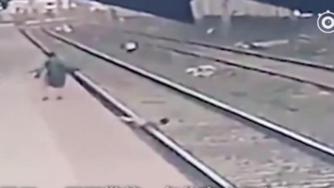 印度儿童跌入铁轨:眼看火车进站,危急时刻路人飞身一推奇迹生还