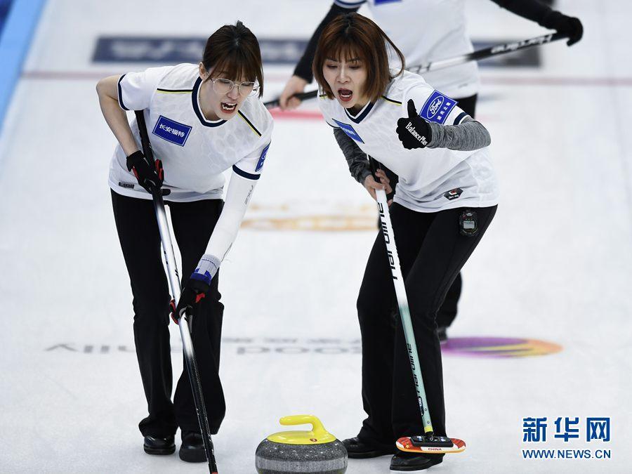 4月19日,哈尔滨市队选手姚茗悦(右)、麻敬宜在比赛中擦冰。新华社记者 张龙摄