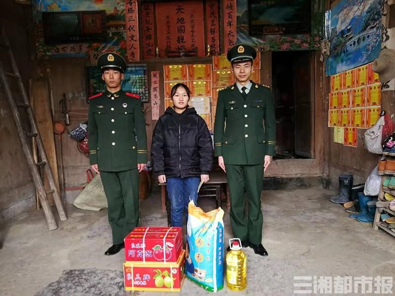 (武警湘西支队龙山中队每个月都会向周长烨的父亲转去一笔助学金,也会定期给周长烨家中送来生活用品。)