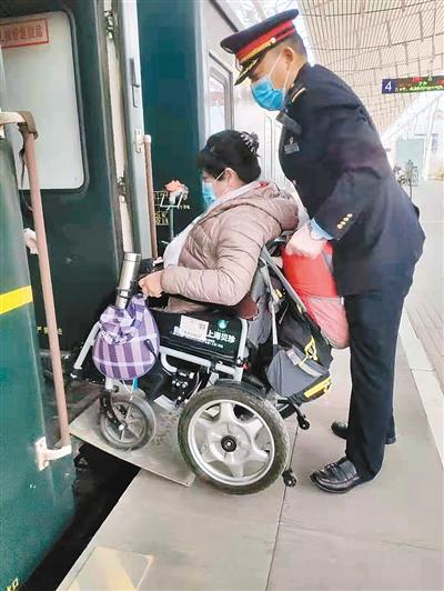 列车员帮助残疾旅客上车