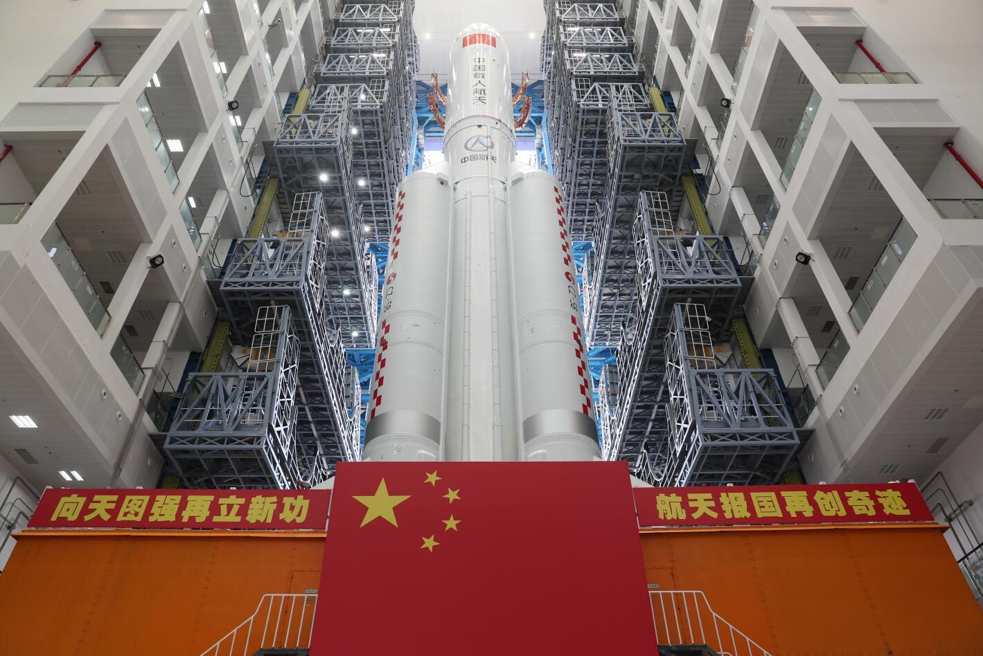 图为搭载空间站核心舱的长征五号B遥二运载火箭