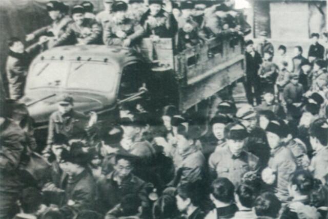 (1951年,湖南军区和社会各界热烈欢送志愿军前往前线。 资料图片)