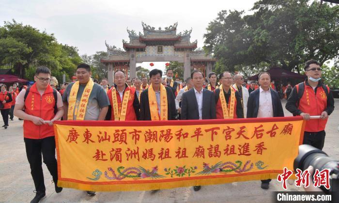 湄洲妈祖祖庙董事成员以车鼓队为阵头迎接广东友宫。 徐国荣 摄